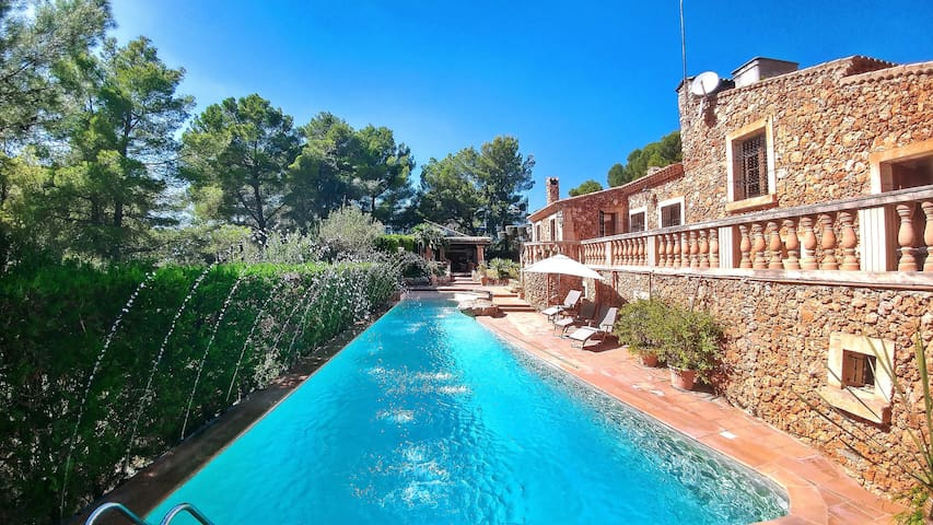 Stunning villa on the coast with pool and jacuzzi