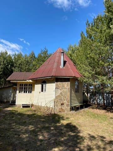 Романтичный дом на берегу реки