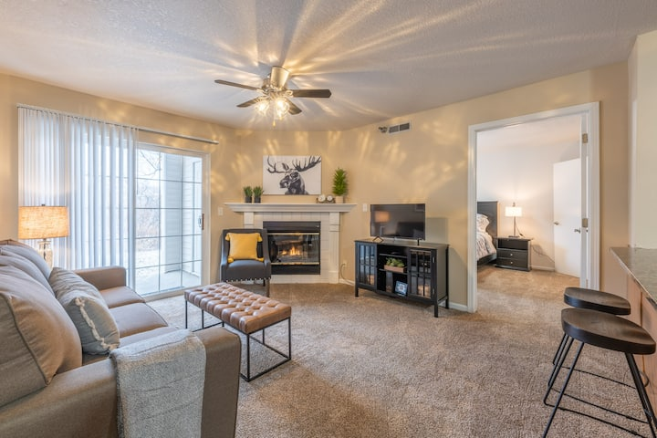 """Sequoia"" 2BD/2BA Near Jordan Creek Mall!"