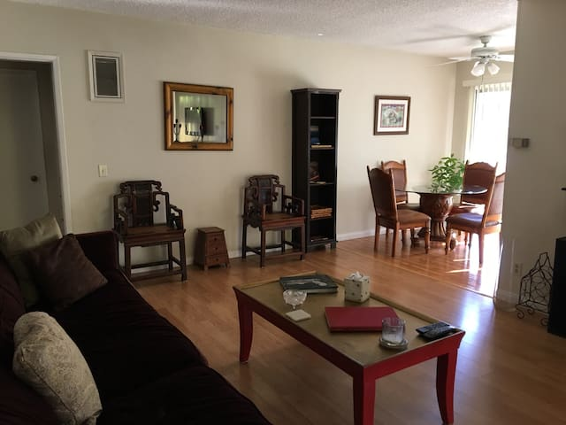 Entire unit with a patio near LAX - Los Angeles - Apartment