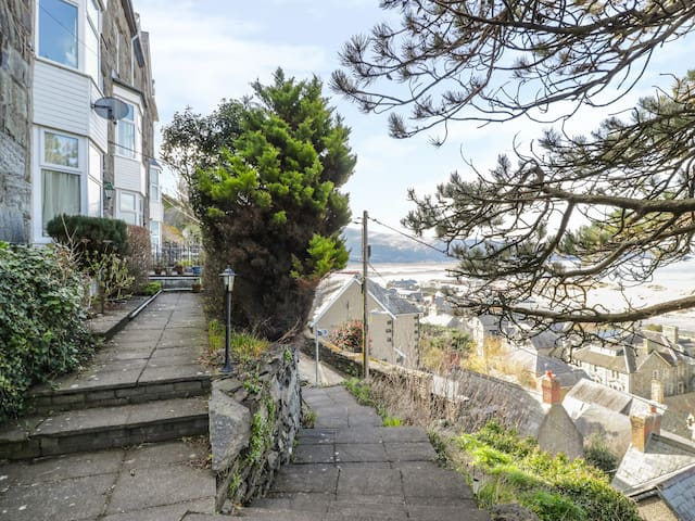 SEAVIEW APARTMENT, character holiday cottage in Barmouth, Ref 977688