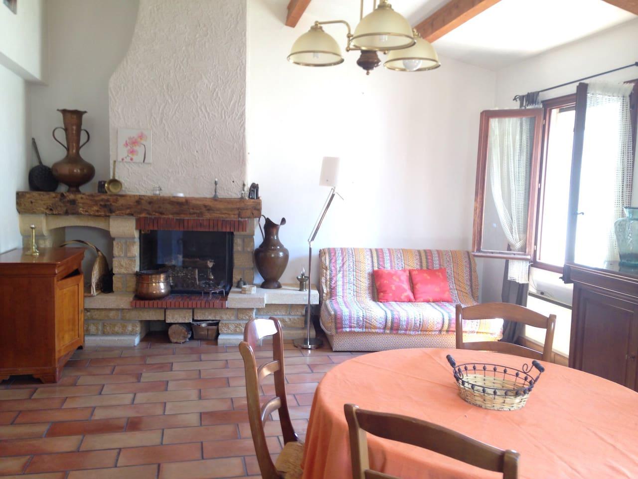 Bel espace à vivre chaleureux équipe d'une cheminée avec foyer fermé.