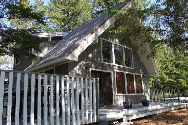 Black Tusk 4 Bedroom Cabin on Lake