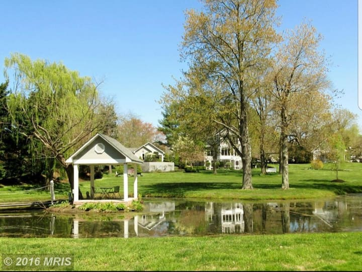 Paradise in Paeonian Springs!