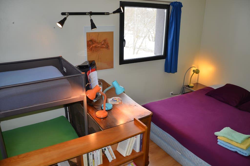 """La chambre """"Meygal"""" est au premier étage de la """"tour"""" avec 2 fenêtres avec vue. 1 lit 180 x 200 cm et 2 lits superposés 90 x 190 cm. Draps et serviettes fournis. Lit bébé sur demande."""
