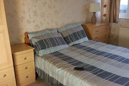 Quiet room nr station & city centre. Free pick up. - Sheffield - Dům