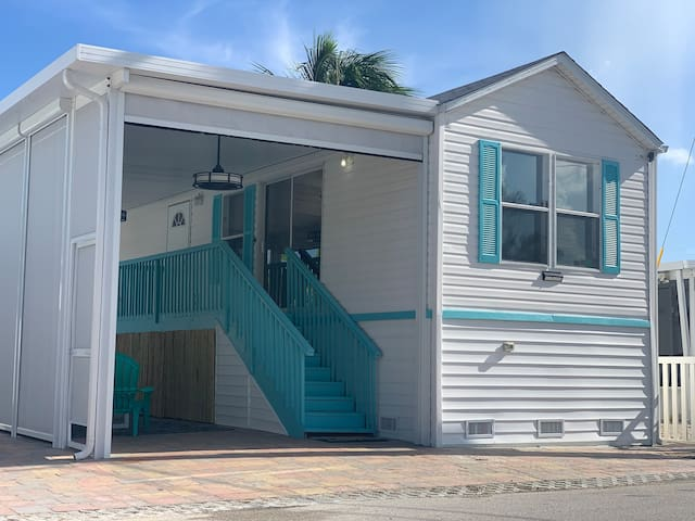"""The Turtle House"" 2 BD 1 BR Relaxed Island Living"