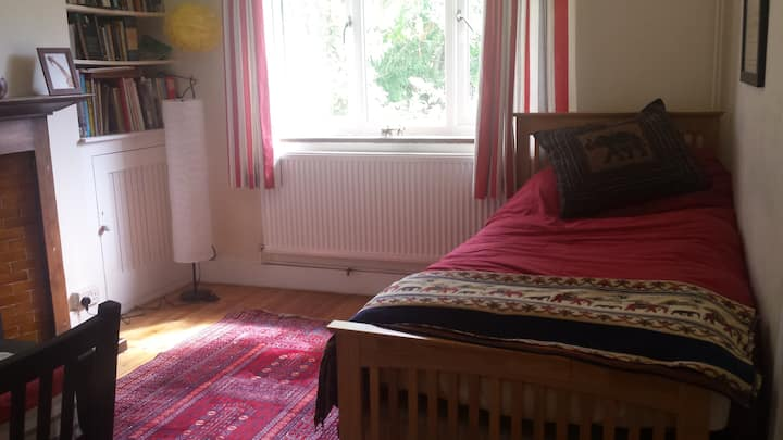 Cosy self contained ground floor flat in Caversham