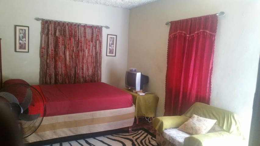 One plus guesthouse queensize bedroom no ac