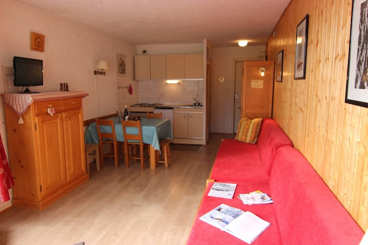 Studio for 3 people near the shops.