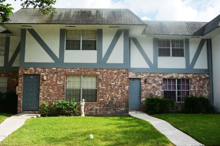 Modern Townhome In The City Center - North Lauderdale - Rivitalo