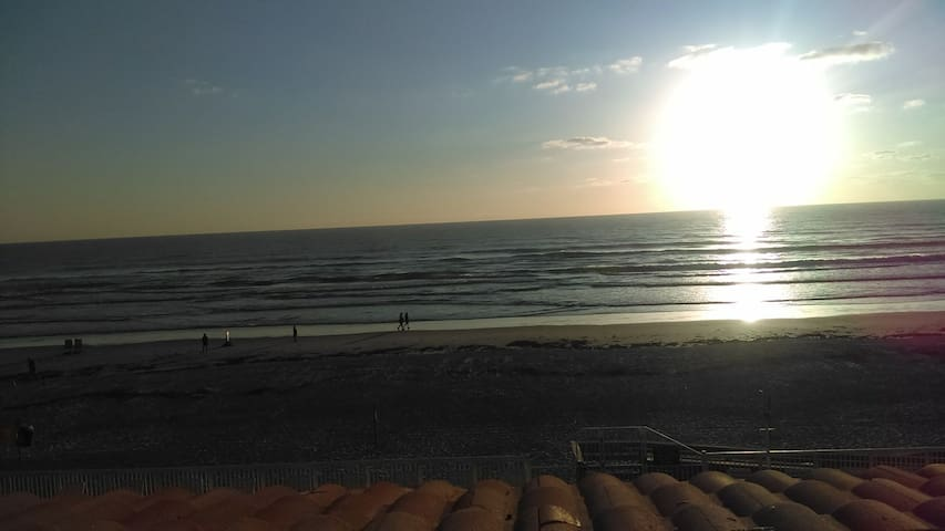 Ocean Front Studio #210 DISCOUNT for week/month - Daytona Beach - Apto. en complejo residencial