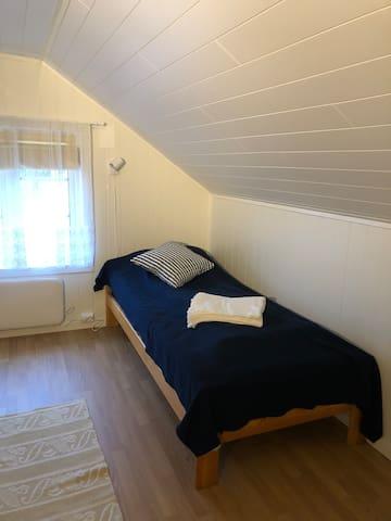 Andre etasje har to rom med tilsammen 3 senger. Det er åpent ned til første etasje. Rommene fremkommer som en hems. Det er ikke dør mellom rommene.