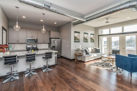 Luxurious condo downtown! Secure covered parking!