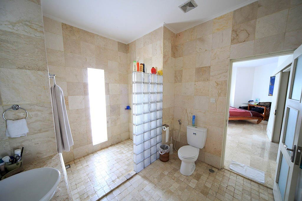 Shower/toilet accessible from both bedrooms