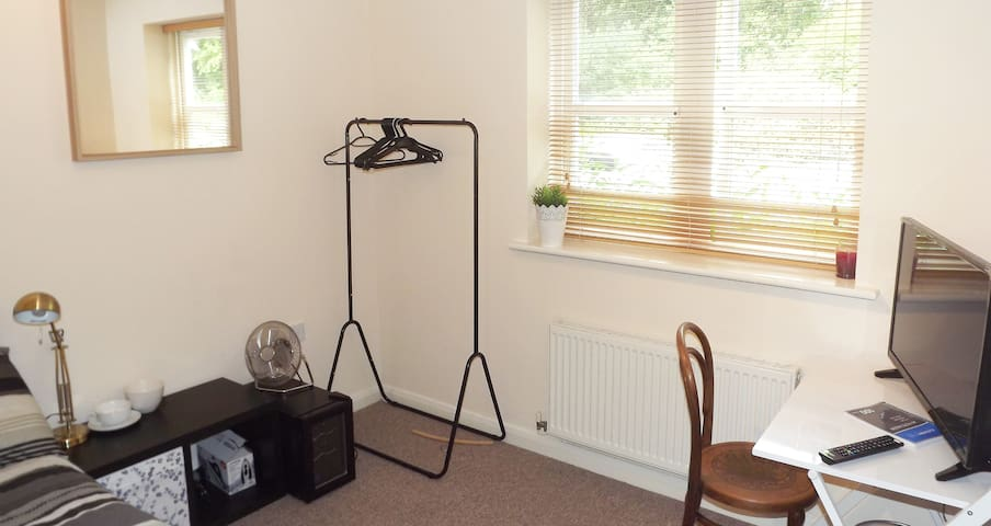 DOUBLE room,PRIVATE bathroom,FREE WiFi, & Netflix