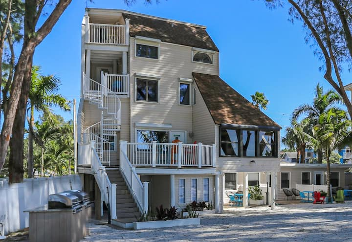 Beach Hugger 1 - Charming beach front cottage efficiency, a hidden gem!