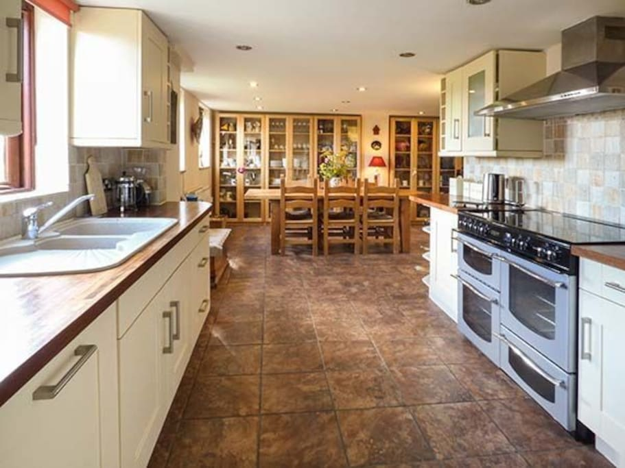 Large kitchen and dining area, great for entertaining