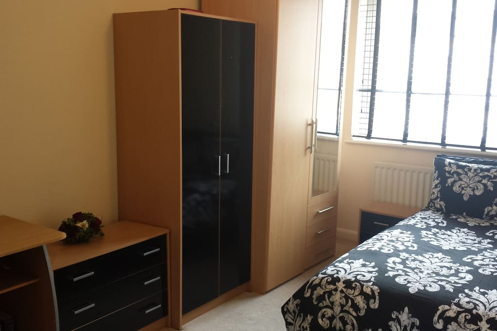 Luxury double room with ample work space. Close to Canary Wharf and local amenities.