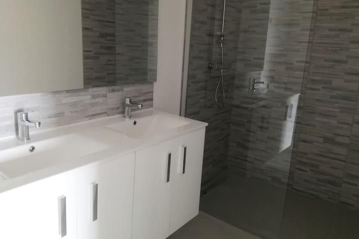 salle d'eau avec sol en béton ciré