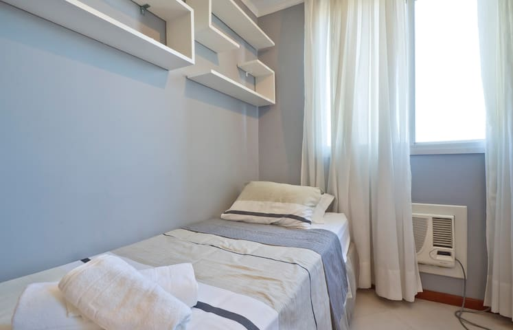 Quarto de solteiro com camas de molas bonnel e ar condicionado.
