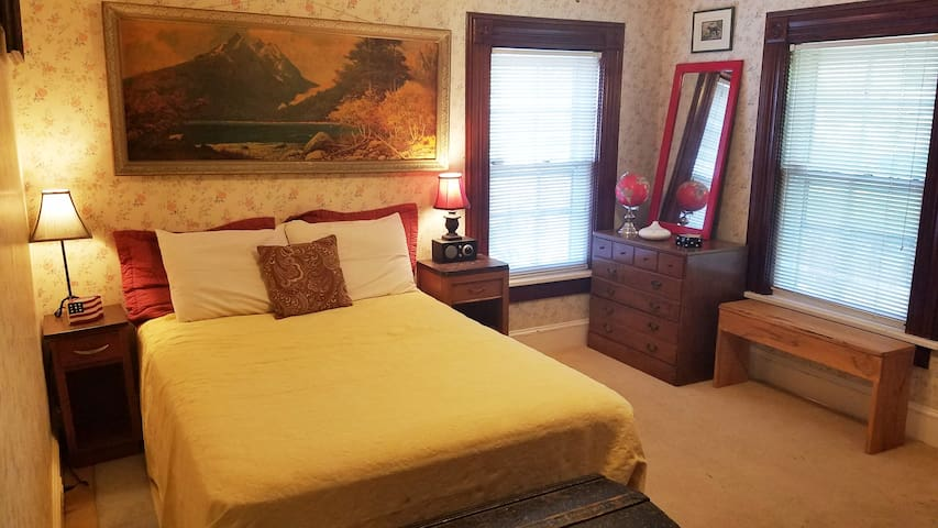 100 yr. Old Farmhouse Bedroom, Wineries, Hamptons