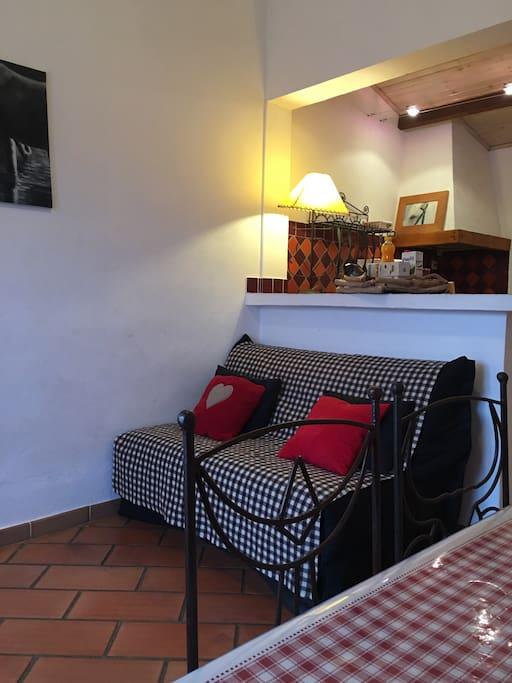 Séjour avec canapé BZ en 140 , table ,chaises,télé