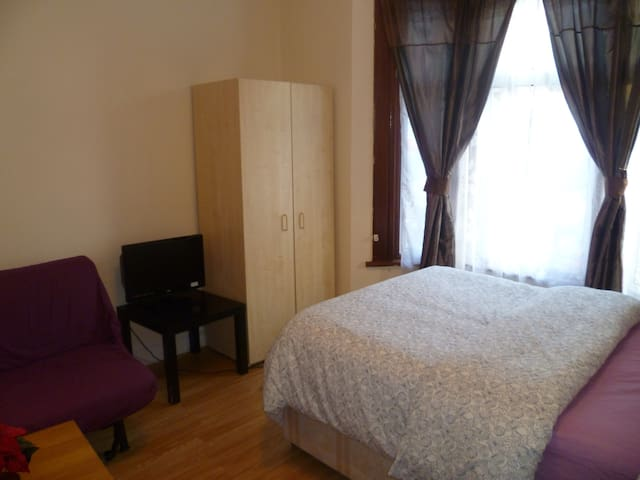 LONDON ODYSSEUS' STUDIO, SLEEPS2-4 CLOSE TO CITY.