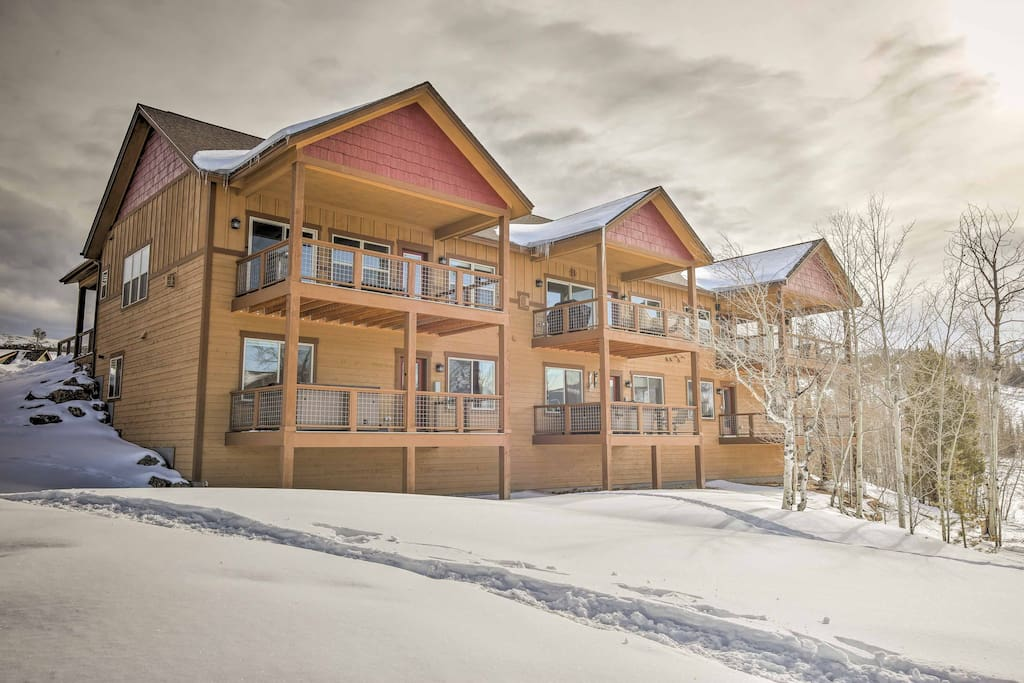 Enjoy splendid alpine scenery along with easy access to hiking, biking and sledding when you stay here!