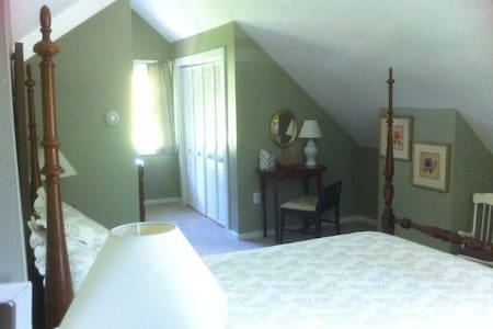 Master Suite w/sep entry & L. R. - Tunbridge - House
