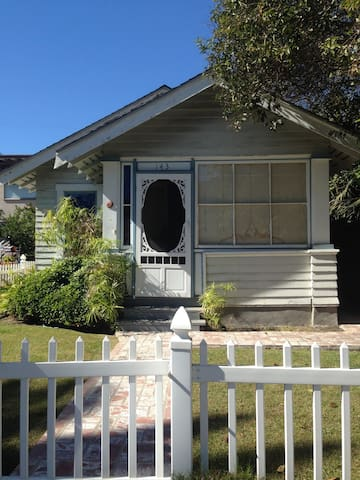 Seal Beach cottage-steps to beach and restaurants!