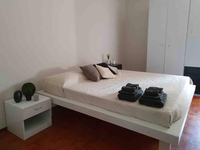 Camera da letto matrimoniale numero 1 fornito di lenzuola