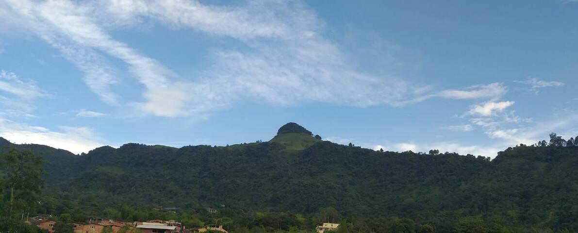 Esta foto fue tomada desde uno de los balcones del apartamento, vista a Cerro Cardona