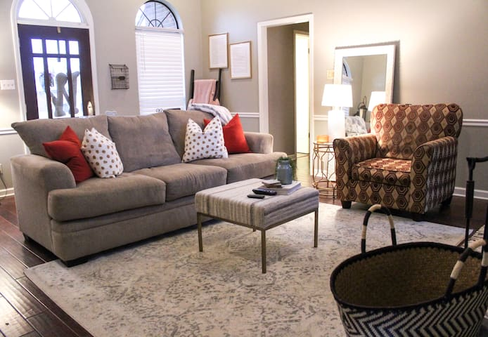 COZY HOME--8 miles from Downtown Memphis!!