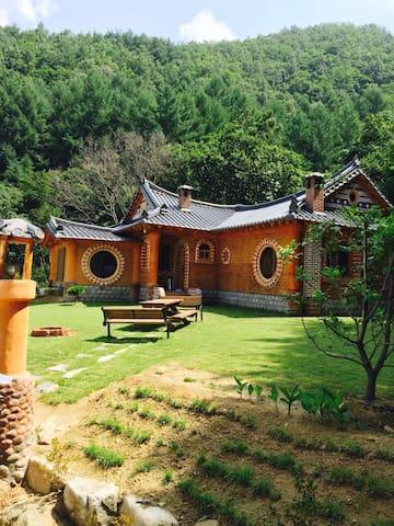 김천무흘구곡에 위치한 천연황토로  지은집으로 숲속에 위치한 아늑한 전원주택