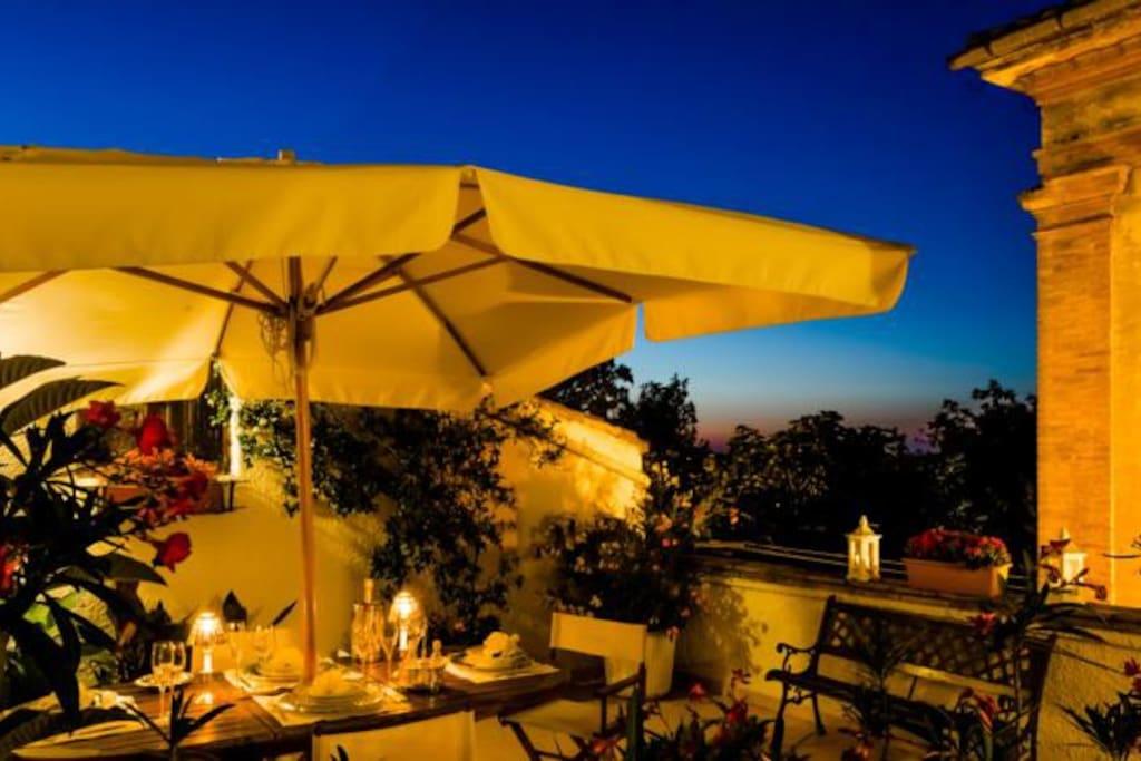 Cena in terrazza a lume di candela