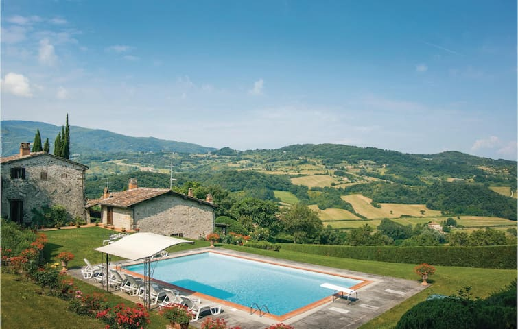 Holiday cottage with 4 bedrooms on 300 m² in Dicomano