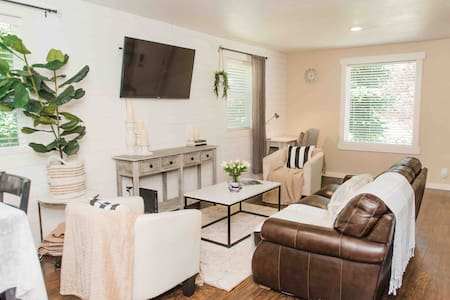 2 bedroom, next to a park.  Minutes from PDX! A/C
