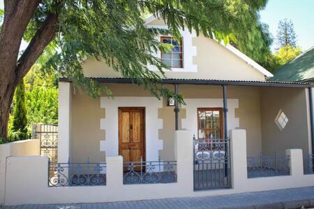 Renovated Coach House in mountainous wine area. - Montagu