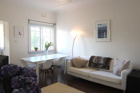 Bright & spacious beachfront apartment - Bondi Beach