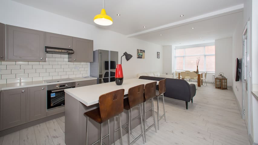 Superbly located, well-renovated 6 bedroom house