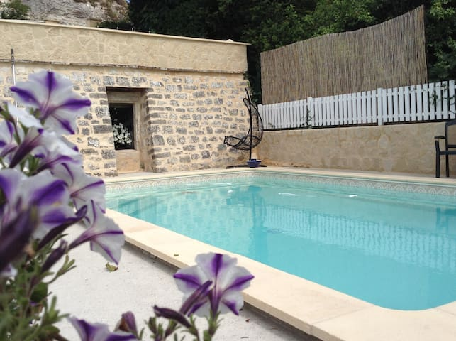Cosy Gite - Walking Distance of Medieval Village