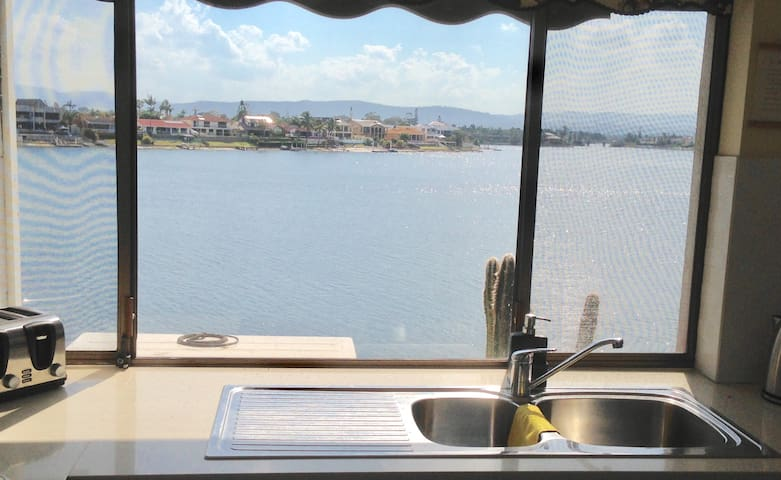 Million Dollar views & perfect location! - Mermaid Waters - Apartment