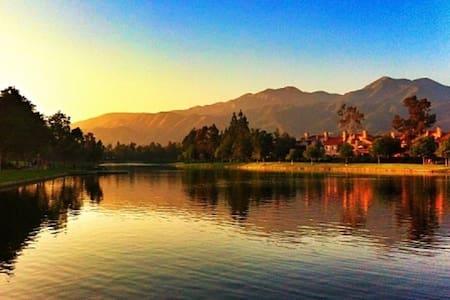Condo by lake. Mountain view. Walk, dine, shop.
