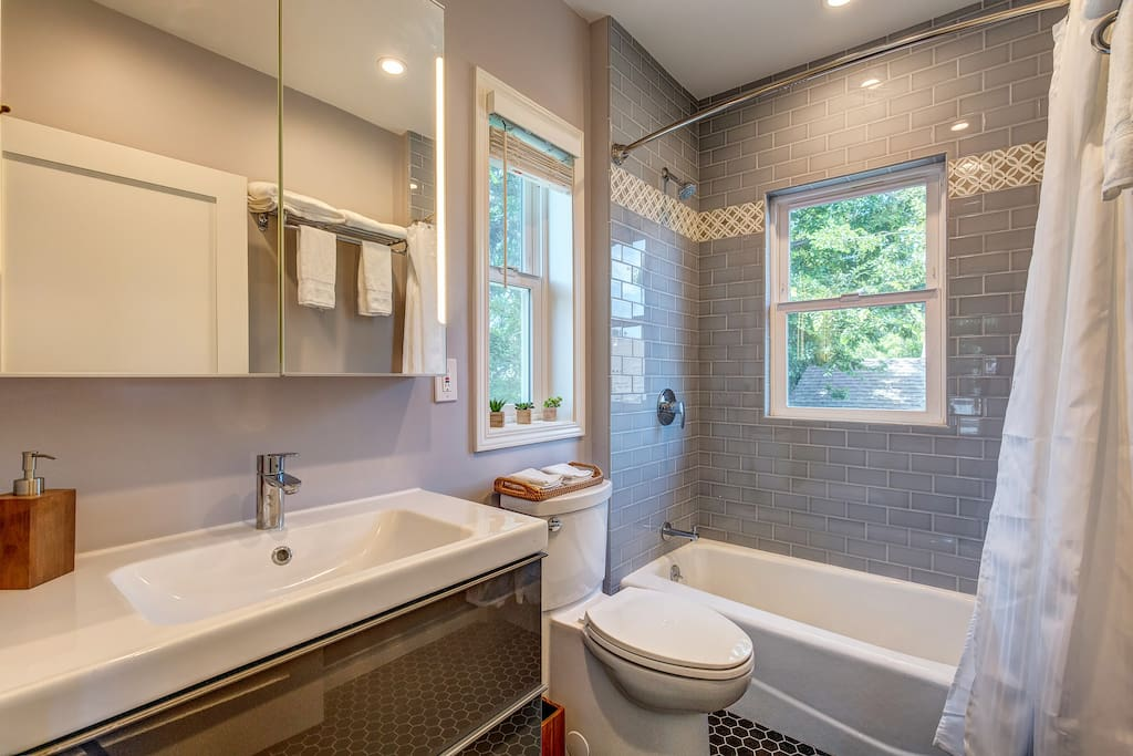 Super clean, bright and newly built tub and shower. Perfect for families.