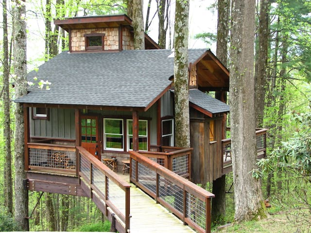 Treehouse on the Blue Ridge Parkway near Boone