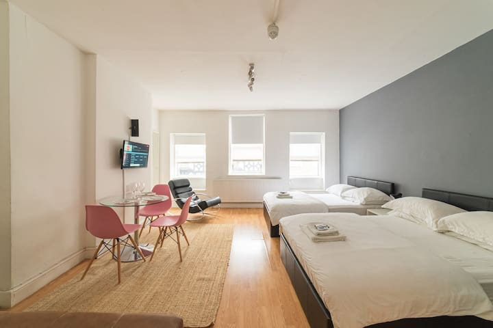 Soho Home, Brilliant Location, 2 Beds, Sleeps 3 :)