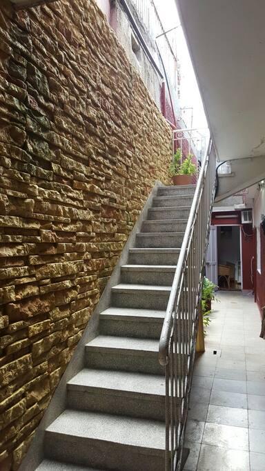 Esta es la escalera que accede a su habitacion .Como vez es muy comoda y pequeña
