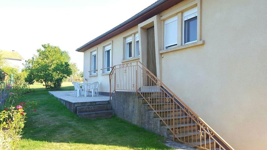 Maison spacieuse et agréable - village aveyronnais - Roussennac - Casa