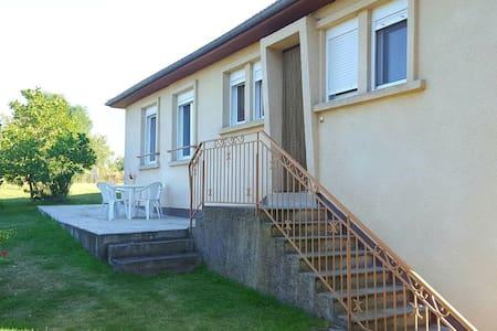 Maison spacieuse et agréable - village aveyronnais - Roussennac